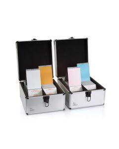 RAL E1 Farbregister, zwei geöffnete Koffer mit selektierten Farbregisterkarten