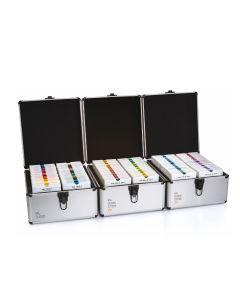Drei geöffnete Koffer mit 300 RAL Kunststofffarbmustern